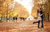 Joven hermosa pareja en el jardín de luxemburgo en otoño — Foto de Stock