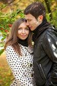 Sonbahar, genç güzel çift — Stok fotoğraf