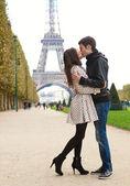年轻浪漫情侣接吻在巴黎艾菲尔铁塔附近 — 图库照片