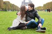 Romantic couple in Paris, near the Eiffel Tower — Stock Photo