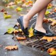Autumn in Paris. Beautiful female legs and many bright autumn le — Stockfoto