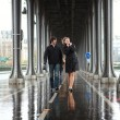 Bad weather in Paris. Couple on the Bir-Hakeim bridge at rain — Stock Photo