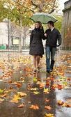 Dating couple in Paris at rain — Stock Photo