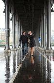 Bad weather in Paris. Couple on the Bir-Hakeim bridge at rain — Stock Photo