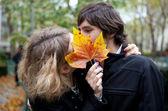 секретные поцелуй. знакомства пара на осень — Стоковое фото
