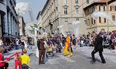 Bergamo, Italia-April 3: festival in the centre of Bergamo, on the streets on April 3, 2011 in Bergamo, Lombardia, Italia. — Stock Photo