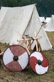 Dois escudos e alguns eixos perto de barracas — Foto Stock