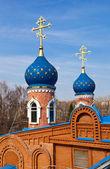 Cúpulas da igreja ortodoxa russa contra o céu azul — Fotografia Stock