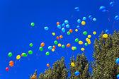Luftballons gegen den blauen himmel — Stockfoto