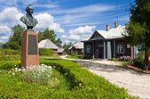 アレキサンダーの記念碑ノブゴロド地域、ロシアでスワロー — ストック写真