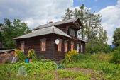 Stary drewniany dom w rosyjskiej miejscowości — Zdjęcie stockowe