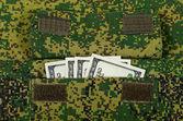 Notas no bolso uniforme militar — Fotografia Stock