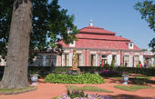 Garden of Monplaisir palace. Peterhof. Saint-Petersburg. Russia — Stock Photo
