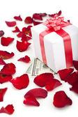 Pétales de rose boîte cadeau sur fond blanc. — Photo
