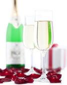 Dos copas de champaña, pétalos regalo caja, rosa blanca centrico — Foto de Stock