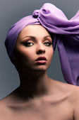 Een meisje met een pleister op zijn hoofd — Stockfoto