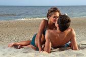Adam kız arkadaşını öp — Stok fotoğraf