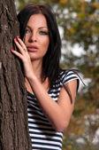 Woman standing near a tree — Stockfoto