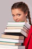 девочка сидит перед книги — Стоковое фото