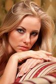 Blondynka na kanapie — Zdjęcie stockowe