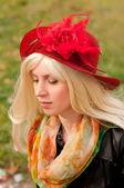 Attraktiv kvinna med en vacker huvudbonad — Stockfoto