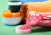 Toalhas e creme cosmético — Foto Stock