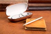 革カバー ペンや眼鏡のノートブック — ストック写真