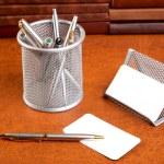 Kağıt ve kalem bir dokusal üzerinde düzenleyici desteği — Stok fotoğraf