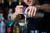 Barmen mixen een cocktail — Stockfoto