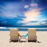 Honeymoon couple enjoy ocean sunset — Stock Photo
