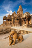 King and lion fight statue and Kandariya Mahadev temple — Stock Photo