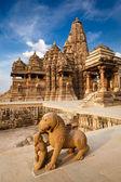 King and lion fight statue and Kandariya Mahadev temple — Stock Photo