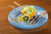 Sałatka z owoców pomarańczy nabijanie — Zdjęcie stockowe