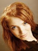 セクシーな赤毛の女性のファッションの肖像画 — ストック写真