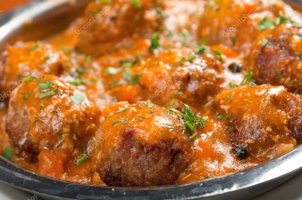 Мясные шарики с сыром внутри в томатном соусе