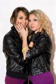 Twee speelse charmante meisjes — Stockfoto