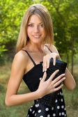 幸せな若いブロンドの女性の肖像画 — ストック写真