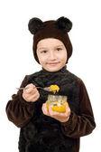 男孩打扮成熊。隔离 — 图库照片