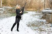 銃を持った美しい若い女性 — ストック写真