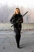 ライフルできれいな女の子 — ストック写真