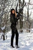 Señora bastante joven armada — Foto de Stock