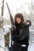 武装した素敵な若い女性の肖像画 — ストック写真