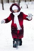 Menina vai na neve profunda — Fotografia Stock