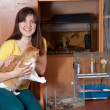 Foto Stock: Happy womwith pets