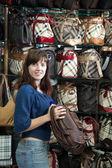 女性が店で袋を選択します。 — ストック写真