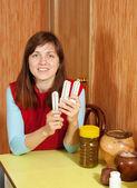 Mujer sostiene bombillas de consumo — Foto de Stock