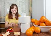 Woman making fresh orange juice — Stock Photo