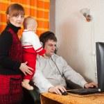 Человек работает на дому — Стоковое фото