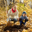 Family planting tree in autumn — Stockfoto