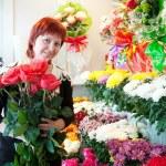Woman in flower shop — Stock Photo